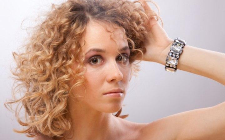 Les personnes avec des cheveux bouclés, devraient-elles éviter de ...