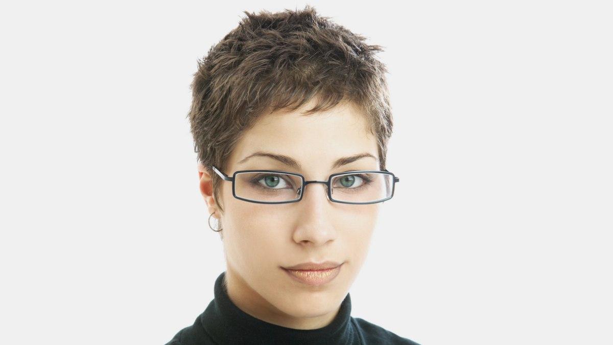 Cette saison, la tendance est aux cheveux courts pour les femmes. Il s ...