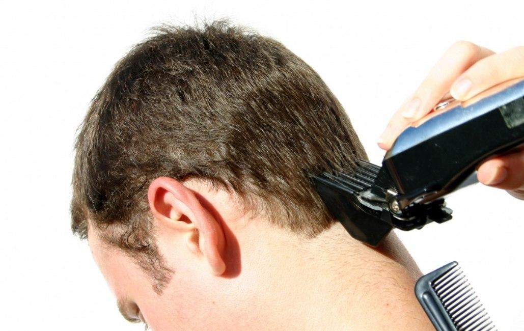 se couper les cheveux au rasoir utiliser un rasoir. Black Bedroom Furniture Sets. Home Design Ideas