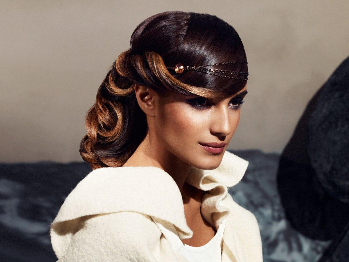 coiffure romantique avec des cheveux boucl es et un bijou de cheveux. Black Bedroom Furniture Sets. Home Design Ideas